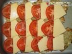 выкладываем сыр и помидорчики на рыбу