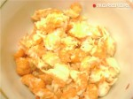 смешать креветки, яйца и половину сыра