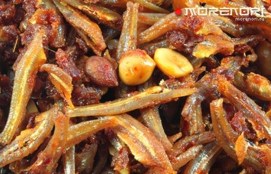 жареные анчоусы в соусе с орехами