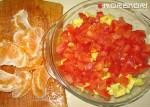 помидоры и мандарины нарезанные для салата