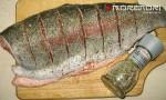 обсыпаем рыбу солью и приправами