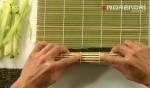 роллы с огурцом – прижимаем коврик