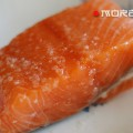 красная рыба с морской солью