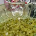 кладем огурцы в салатник