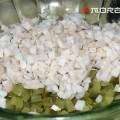 кладем кальмары в салатник