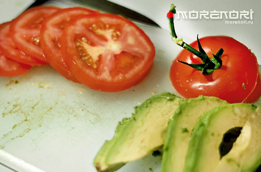 салат из помидор и авокадо