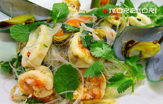 Салат из морепродуктов с китайской вермишелью