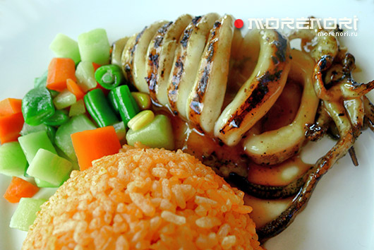 Кальмар на гриле с рисом и овощами
