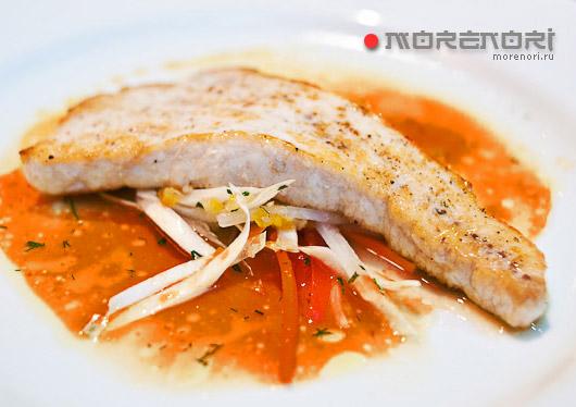 морской окунь с овощами и тыквенным соусом