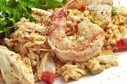 Холодный салат с креветками, крабами и рисом