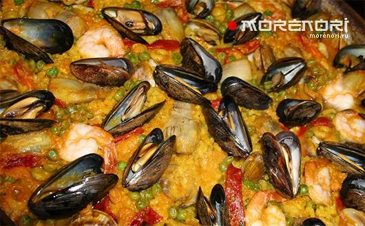 острая паэлья с овощами и морепродуктами