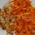 На отдельных сковородках обжарим лук и морковь