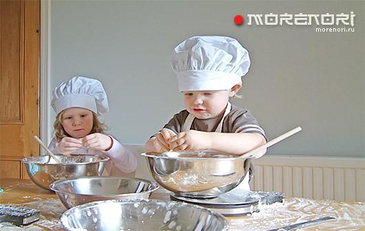 Когда можно начинать учить детей помогать на кухне