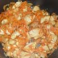 Обжариваем мясо с луком и морковью