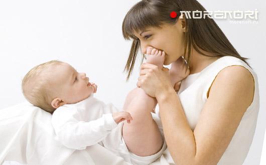 Стройная молодая мамочка