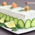 обмазываем рыбный торт и украшаем
